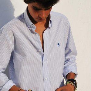 Modelo joven con camisa de rayas