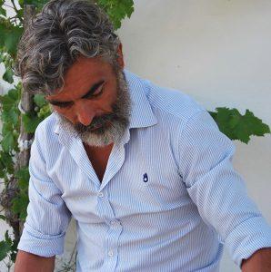 Modelo con camisa de rayas