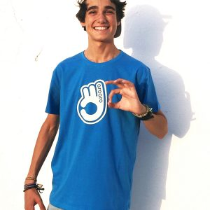 modelo con camiseta aroaro azulona