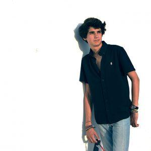 modelo joven con polo-camisa